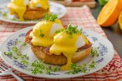 Eggs a Benedicto, prosciutto con hollandaise fotografía de archivo libre de regalías