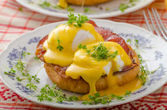 Eggs a Benedicto, prosciutto con hollandaise fotografía de archivo