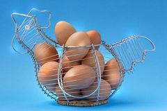 Eggs den Huhn-geformten Korb Stockbilder