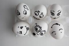 Eggs divertente con il concetto dei fronti degli amici di un ostello Immagini Stock Libere da Diritti