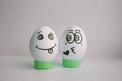 Eggs drôle avec un visage abandonnant l'amour, embrassant Image libre de droits