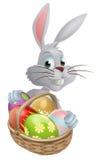 Eggs el conejito de pascua blanco de la cesta Imágenes de archivo libres de regalías