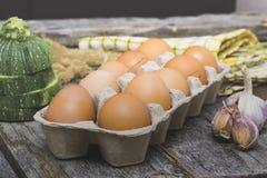 Eggs el viejo fondo de madera Imágenes de archivo libres de regalías