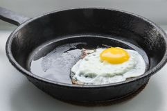 Eggs en forme de coeur rôti dans une poêle de fonte Photo libre de droits