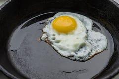 Eggs en forme de coeur rôti dans une poêle de fonte Image libre de droits