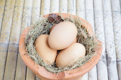 Eggs in hay and pottery Stock Photography