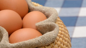 Eggs la merce nel carrello con tessuto homespun Fotografia Stock Libera da Diritti