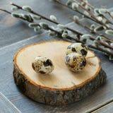 Eggs la quaglia su un bordo di legno rotondo immagini stock libere da diritti
