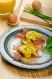 Eggs le bvenedict avec la ciboulette photos libres de droits