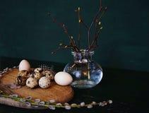 eggs le plan rapproché en bois de ressort de Pâques de fond de vert de table de vase de bourgeons en verre de branche Image libre de droits