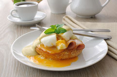 Eggs (poached) with ham on a bun with sauce Royalty Free Stock Photos