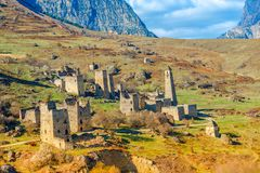 Egikal古老塔和废墟美好的风景在Ingushet 库存照片