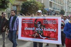Egipcios que demuestran contra brutalidad del ejército Imagenes de archivo