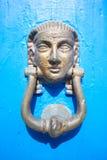 Egipscy drzwiowi knockers na błękitnym drewnianym tle Obrazy Royalty Free