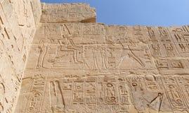 Egipscy hieroglify w Przedpogrzebowej świątyni Seti I, Luxor, Egipt zdjęcia royalty free