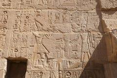 Egipscy hieroglify w Przedpogrzebowej świątyni Seti I, Luxor, Egipt zdjęcie royalty free