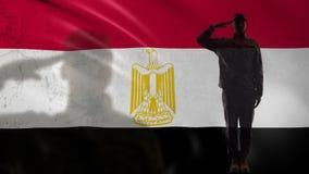 Egipska żołnierz sylwetka salutuje przeciw fladze państowowej, kraj siła zdjęcie wideo