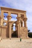 Egipski chłopiec bieg blisko Trajan kioska, Philae świątynia, Jeziorny Nasser fotografia royalty free