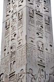 Egipski hieroglif na obelisku Obrazy Royalty Free