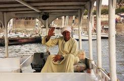 Egipski kapitan jedzie jego łódź na Nil rzece, Luxor Zdjęcia Royalty Free