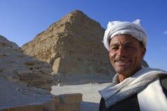 Egipski mężczyzna blisko Saqqara ostrosłupa w Giza, Kair, Egipt na 02-09 Obraz Royalty Free