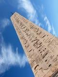 Obelisk i chmura fotografia stock