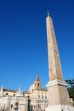 Egipski obelisk z gwiazdą i krzyż w piazza Del Popolo w Rom Obrazy Stock