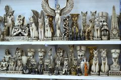 Egipskie pamiątki na sprzedaży w sklepowych półkach zdjęcie stock