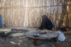 Egipt, Beduińska wioska, Sierpień 28, 2017: Muzułmańska kobieta, siedzący b zdjęcia stock