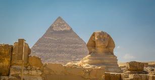 Egipt, Kair; Sierpień 19, 2014 - Egipscy ostrosłupy w Kair Łuk świątynia Obraz Royalty Free