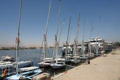 Egipt, Luxor Przy molo statkami wycieczkowymi i ?odziami rybackimi zdjęcie stock