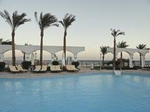 Egipt: Piękny basen z jasną błękitne wody blisko hotelu zdjęcia stock