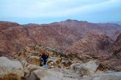 Egipt, Synaj góry, dziewczyna fotografują ranku widok Fotografia Stock