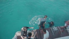 EGIPTO em janeiro de 2018 Uma equipe de mergulhadores de mergulhador está preparando-se para mergulhar na água azul do oceano O i video estoque