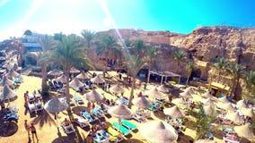 Egipto, Sunny Beach vacío con los paraguas, camas de Sun en el Mar Rojo La línea del centro turístico costero, donde la gente se  metrajes