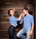 Żeglarz pary historia miłosna ręki całowania mężczyzna kobieta Drewniany tło Zdjęcie Royalty Free