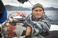 Żeglarz uczestniczy w żeglowania regatta Ellada 2014 11th wiośnie wśród Greckiej wyspy grupy w morzu egejskim Zdjęcie Stock