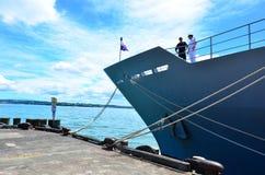 Żeglarzi na pokładzie HMNZS Wellington (P55) obrazy royalty free