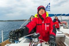 Żeglarzi uczestniczą w żeglowania regatta wśród Greckiej wyspy grupy w morzu egejskim Obrazy Royalty Free