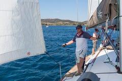 Żeglarzi uczestniczą w żeglowania regatta 16th Ellada Zdjęcie Stock