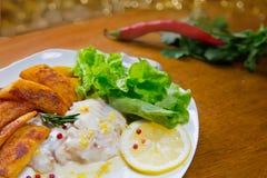 Eglefino al forno del limone con le patate fritte Sause del limone, Fotografie Stock Libere da Diritti