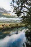 Eglinton dolina, lustrzani jeziora wzdłuż sposobu milford droga w nowym Zealand obraz royalty free