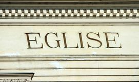 Eglise -在大厦的教会词 免版税库存照片