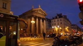 eglise Notre-Dame-de-Lorette dusk con i bus la gente, automobili video d archivio