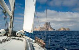 Żeglować kołysać wyspę Fotografia Royalty Free