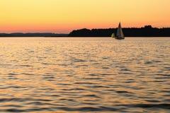 Żeglować na jeziornym Chiemsee przy zmierzchem Fotografia Stock