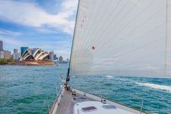Żeglować na Sydney schronieniu blisko Sydney opery Obrazy Royalty Free