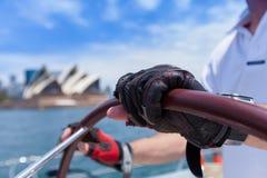 Żeglować na Sydney schronieniu za Sydney operą Obraz Stock