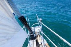 Żeglować przez jasną błękitne wody Fotografia Stock