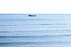 Żeglować samotnie na spokojnym błękitnym morzu. Zdjęcia Stock
